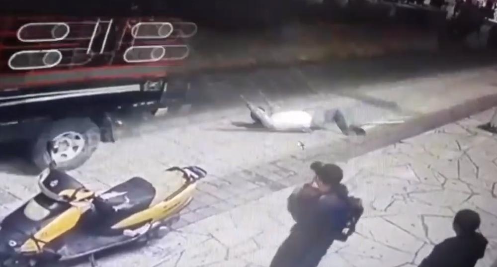 В Мексике мэра города привязали к машине и протащили по улицам за невыполненные обещания (видео 18+)