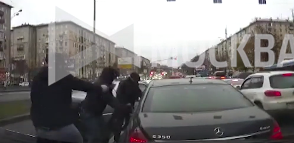 Дерзкое ограбление в стиле 90-х: в центре Москвы средь белого дня неизвестные ограбили бизнесмена. Видео