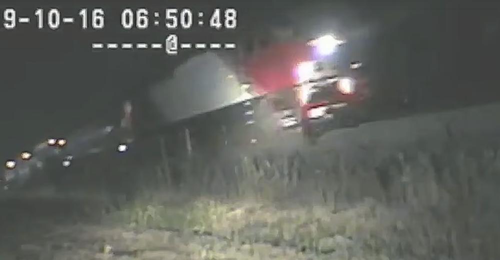 Американский полицейский вытащил потерявшего сознание водителя из авто за секунду до столкновения с поездом. Видео