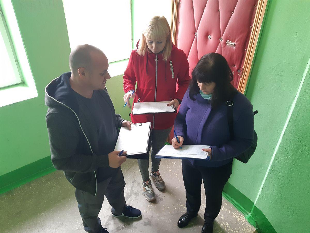Дмитрий Август и члены его инициативной группы Ирина Скороход и  Наталья Хвойницкая
