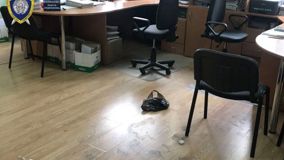 В Бресте мужчина ворвался в кабинет к судебному исполнителю и облил его неизвестной жидкостью