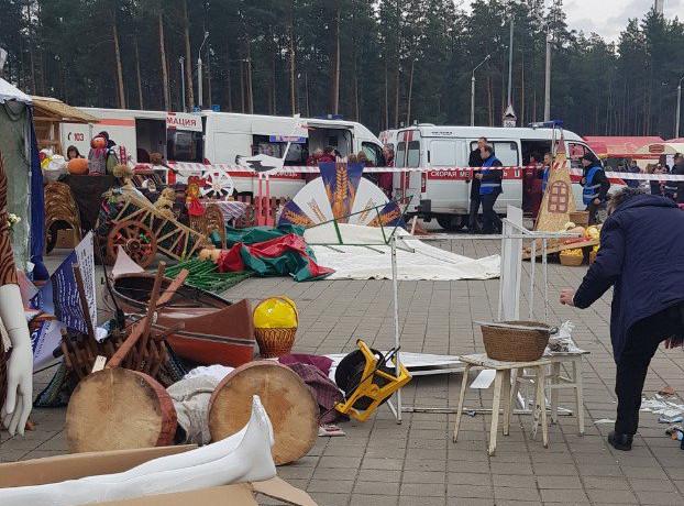 На «Дожинках» в Борисове ветер опрокинул торговую палатку, пострадали пять человек