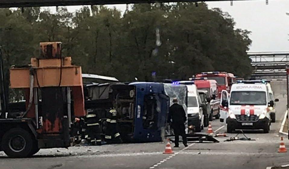 Автобус врезался в грузовик и перевернулся на территории Мозырского НПЗ, много пострадавших