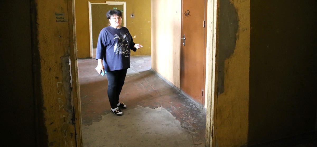 Жильцы барановичского общежития возмущены условиями проживания. «Даже в гости никого пригласить не могу… стыдно»
