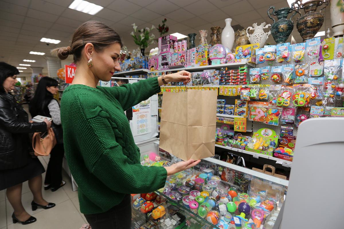 В Беларуси начался постепенный переход от пластиковой упаковки к экологичной бумажной. Фото: Александр ЧЕРНЫЙ