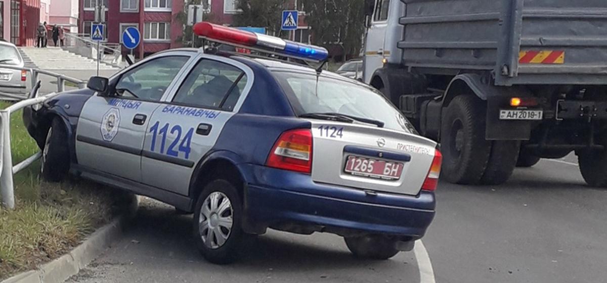 В Барановичах автомобиль ГАИ въехал в ограждение на кольце. Фотофакт