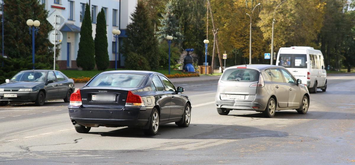 «Словил ворону». Две машины столкнулись на улице Комсомольской в Барановичах