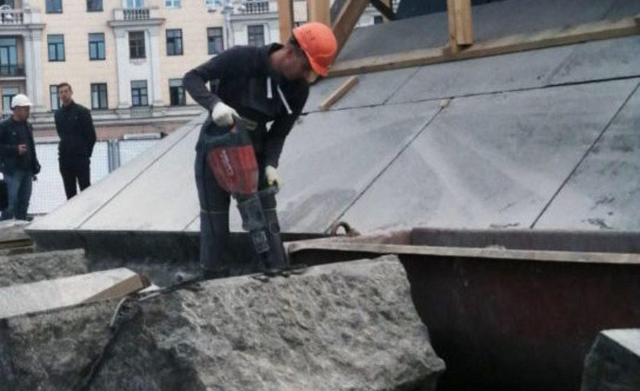 Во время строительных работ в центре Минска нашли бутылку с посланием. Фото