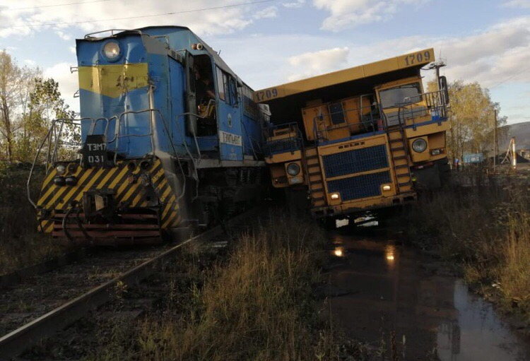 Столкновение гигантов: в России 130-тонный «БелАЗ» врезался в 180-тонный тепловоз. Фотофакт