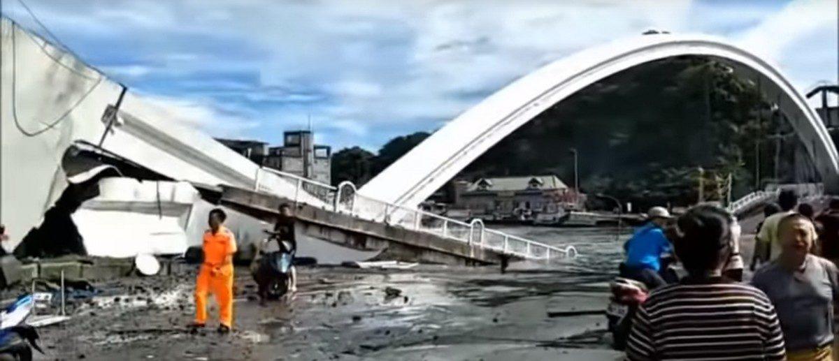 На Тайване автомобильный мост обрушился на лодки с рыбаками, когда по нему ехала цистерна – есть жертвы. Видео