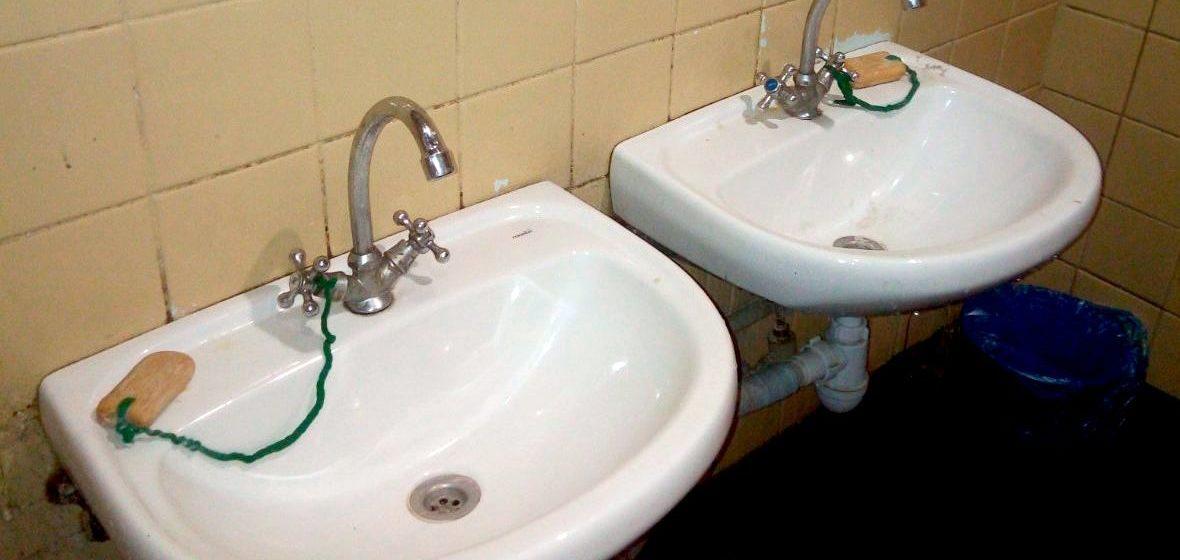 В туалете на молодечненском заводе мыло привязывают веревкой. Фотофакт