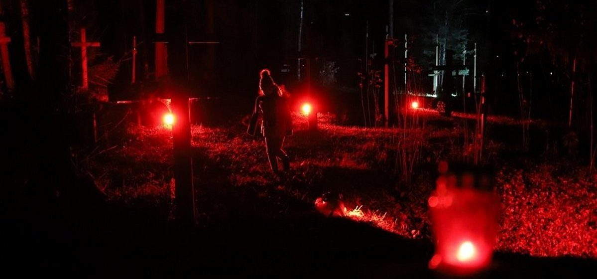 Сотні людзей сабраліся ў Курапатах на Ноч расстраляных паэтаў