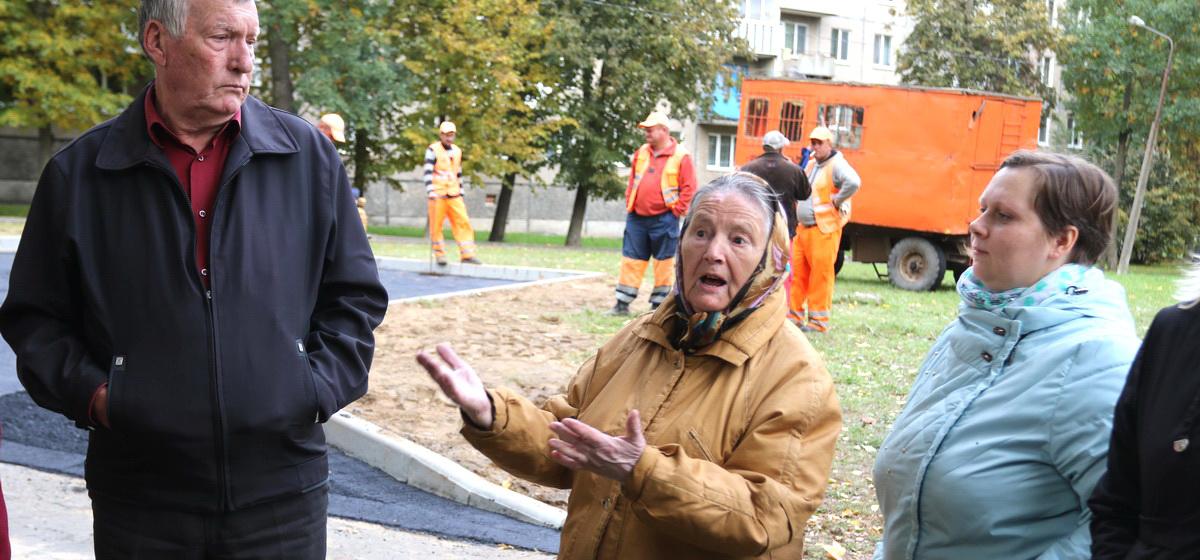Жители пятиэтажки в Барановичах протестуют против строительства мусорной площадки возле их дома. «Нас завалит мусором»