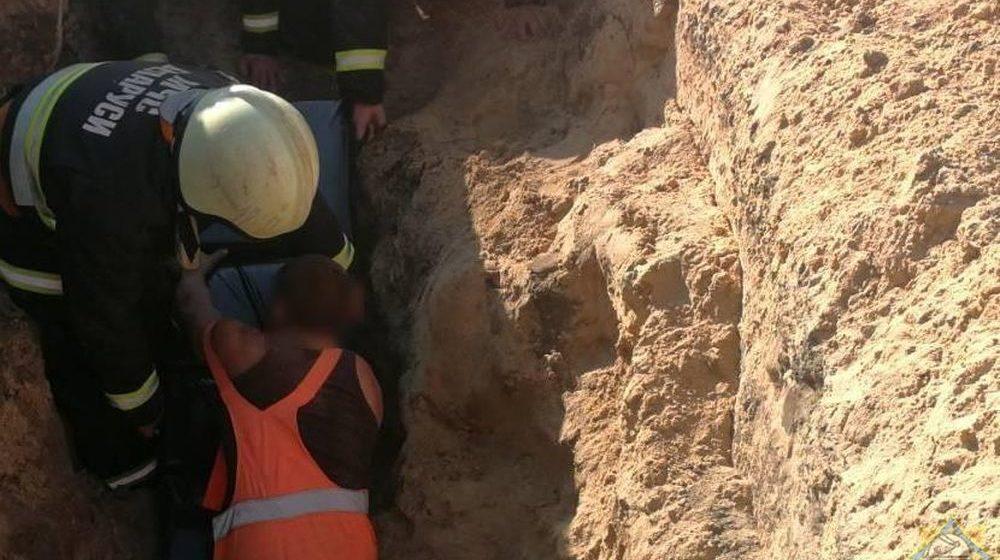 При прокладке канализации в Столине мужчину засыпало землей
