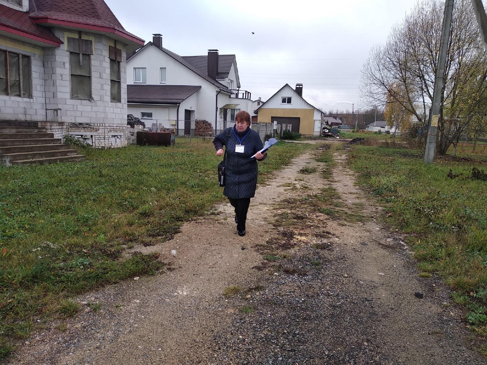 Переписчик ходит по домам. Фото: Ирина Комик