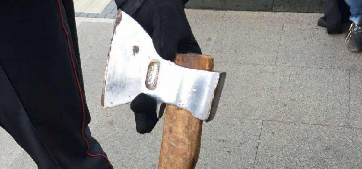 В центре Минска 50-летняя женщина с топором напала на Свято-Духов собор