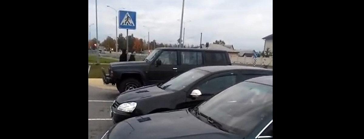Собака сигналит из автомобиля на парковке в Барановичах. Забавное видео