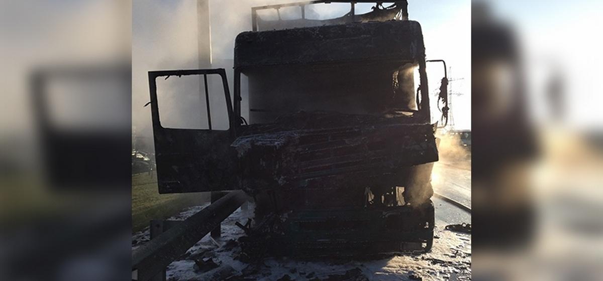 Фура сгорела на МКАД в Минске. Фото
