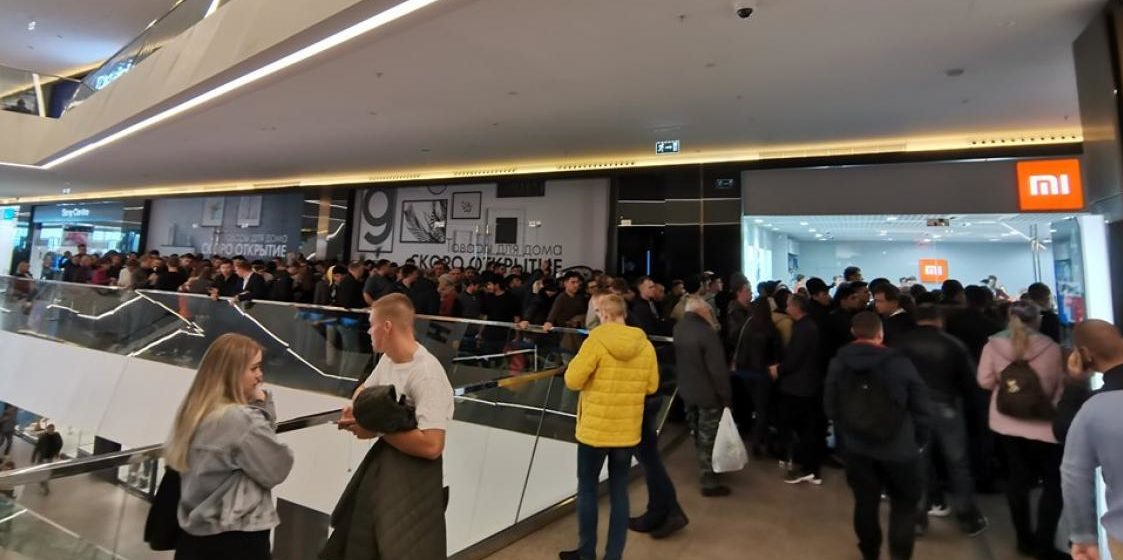 В Минске четыреста человек стояли в очереди за новым телефоном Xiaomi со скидкой. Фотофакт