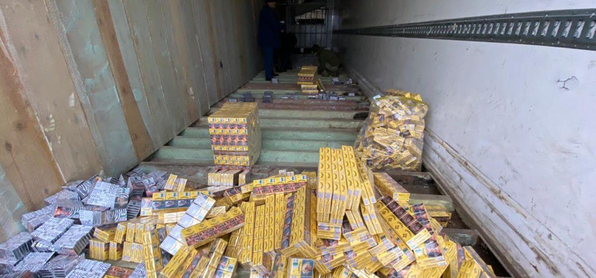 Украинцы нашли в фуре из Беларуси десятки тысяч пачек сигарет. Вырезать их пришлось бензопилой. Видео