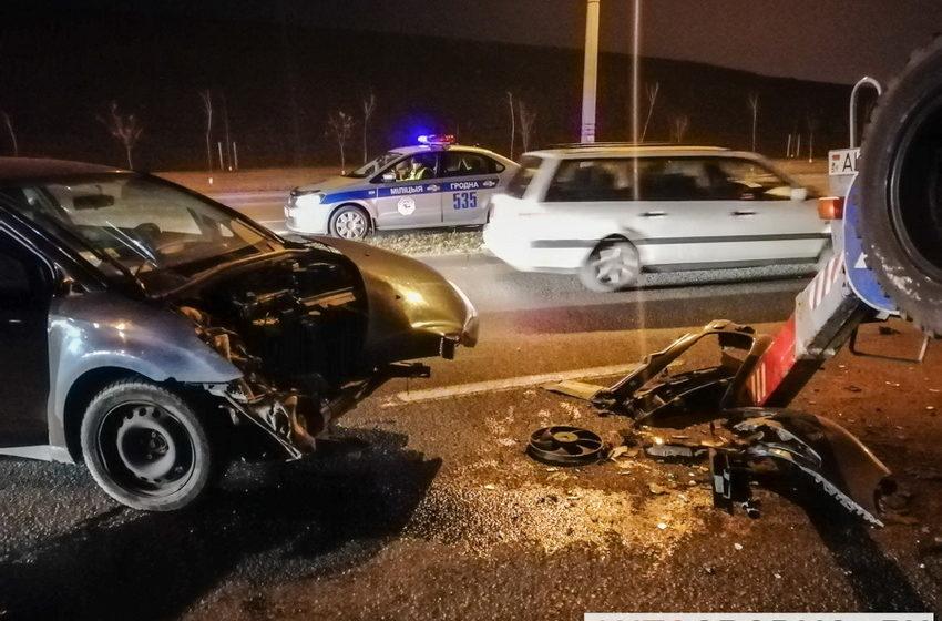 В Гродно Citroen протаранил автовышку, когда рабочие меняли на столбе освещение