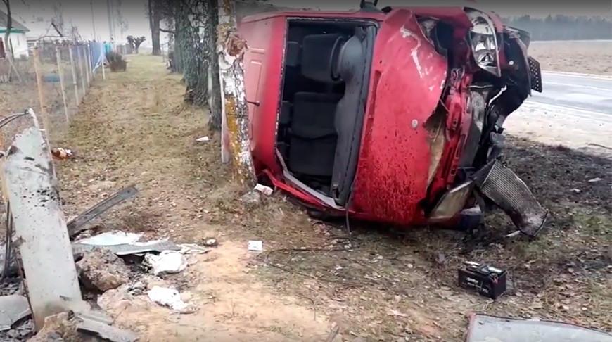 Бус вылетел в кювет, врезался в столб и перевернулся в Могилевском районе — пострадали три человека