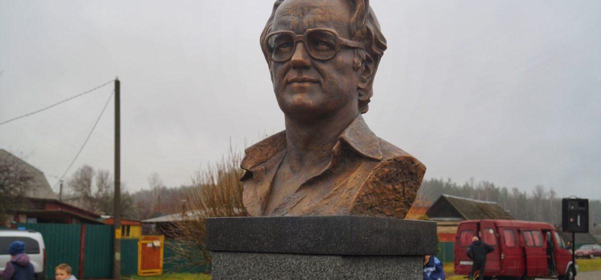 Под Бобруйском за народные деньги установили первый в Беларуси памятник белорусскому писателю Алесю Адамовичу. Фото