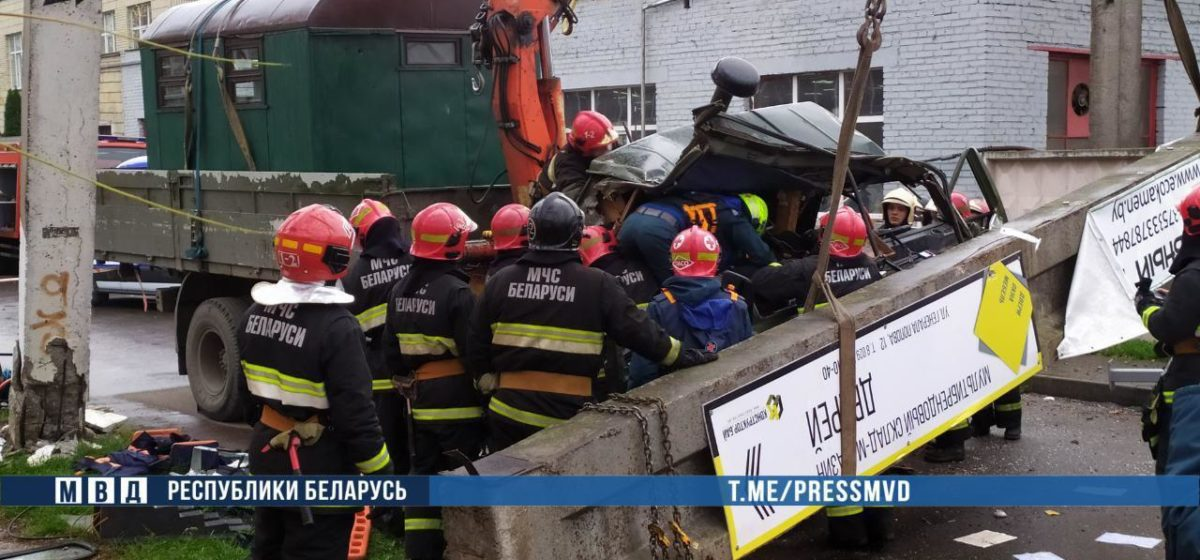 В Бресте бетонная балка упала и раздавила кабину машины, в которой были два человека