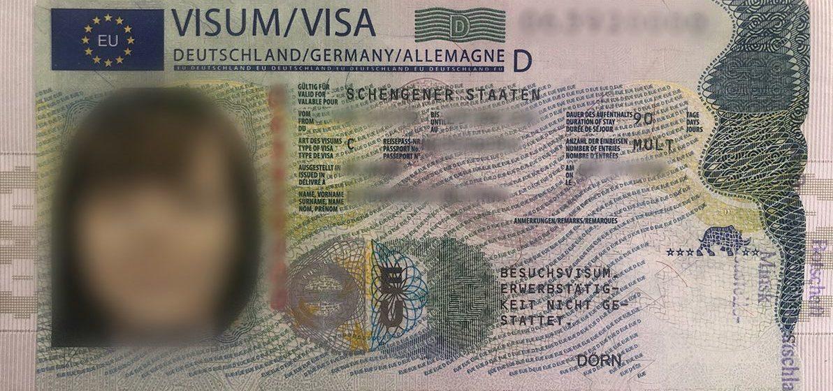 Белорусам начали выдавать шенгенские визы нового образца. Фотофакт