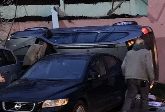 В Минске BMW X5 упал с двухметровой высоты с парковки на парковку