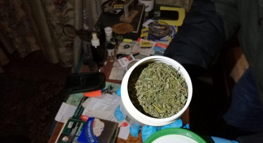 «Дядя угостил». В Мостах мужчина выращивал марихуану и давал ее племяннику
