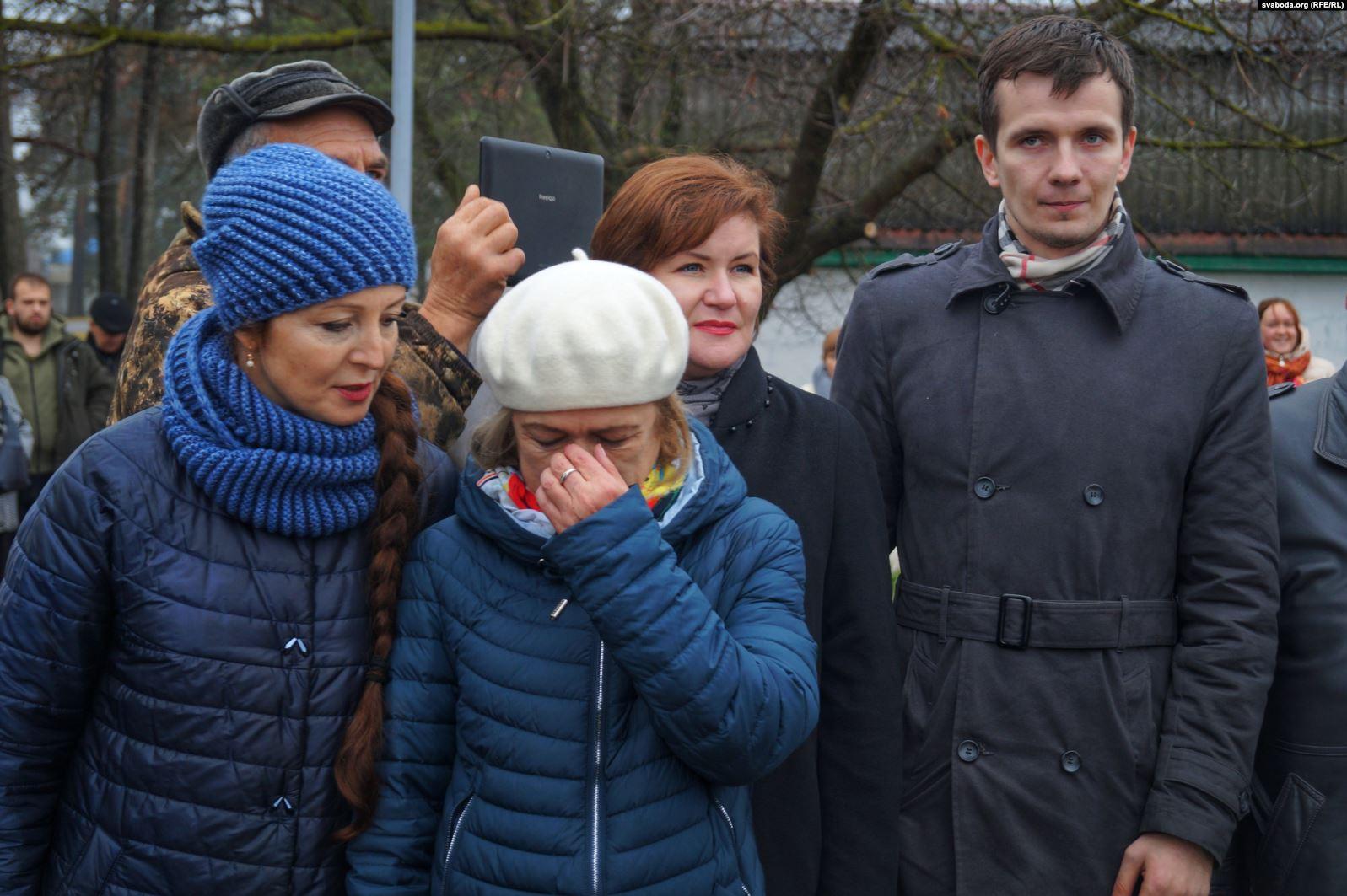 Дочь писателя Наталья Адамович около бюста расплакалась. Фото: svaboda.org