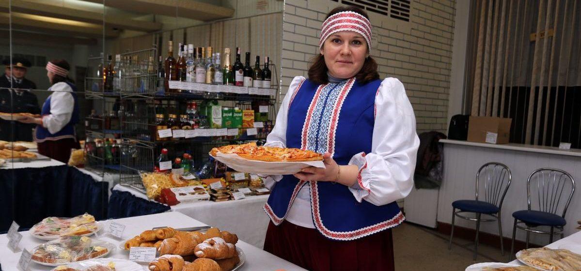 Пирожки, пиццы, лилии из лука, мастер-классы и выставки. Чем кормили и развлекали жителей Барановичей на выборах