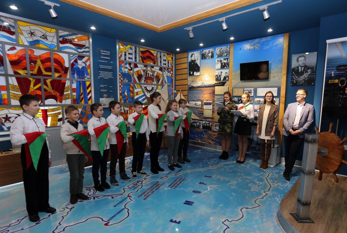 В день выборов в СШ №9 школьников торжественно принимали в пионеры. Фото: Александр ЧЕРНЫЙ