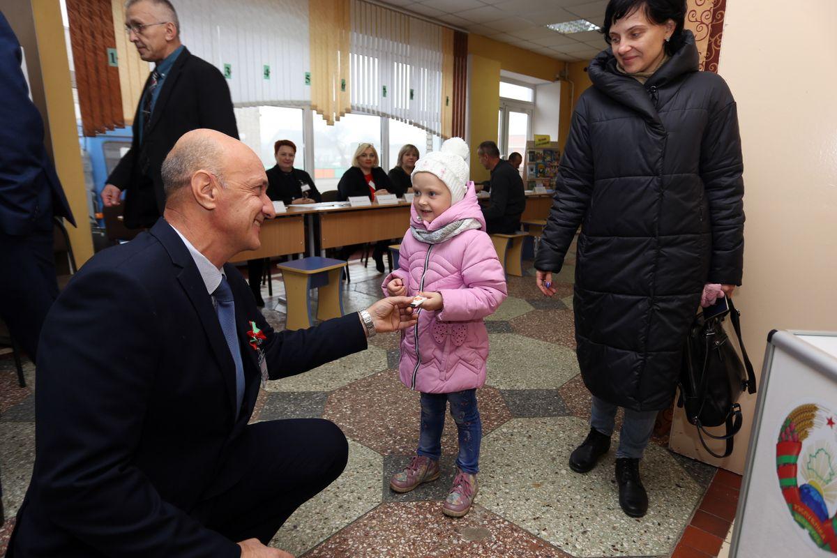 На участке для голосования №27 в СШ №9 детям дарили шоколадки. Фото: Александр ЧЕРНЫЙ