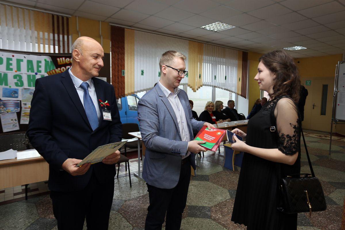 А молодым горожанам, которые голосуют впервые, на участке №27 вручали сувениры. Фото: Александр ЧЕРНЫЙ