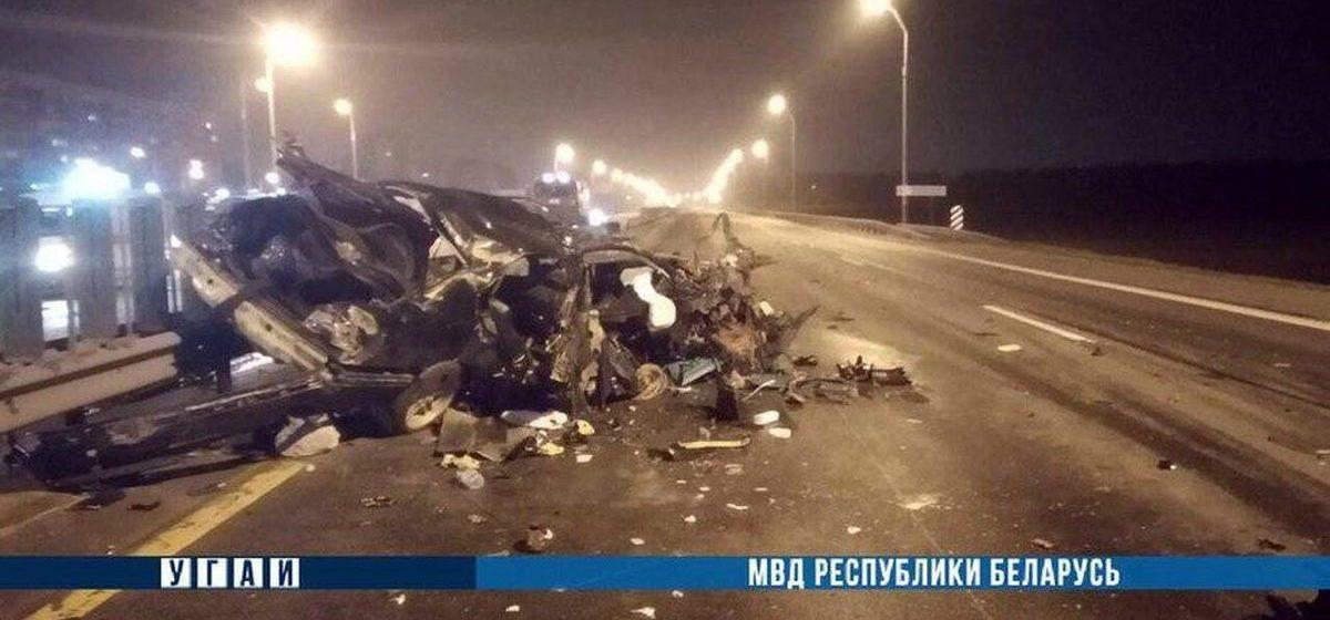 «БМВ» превратился в кучу металлолома, влетев в разделительное ограждение на МКАД: три человека в больнице, один погиб
