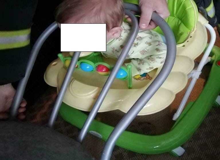 В Мозыре 7-месячный ребенок застрял между прутьями стула. Освобождали малыша спасатели. Видео