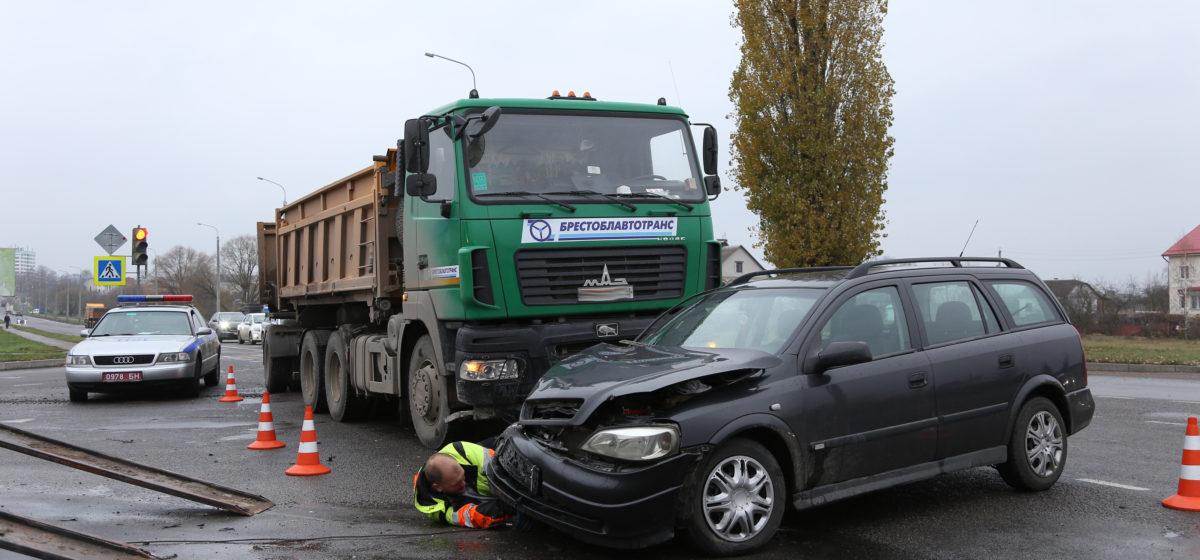 В Барановичах столкнулись МАЗ и легковушка. Фотофакт