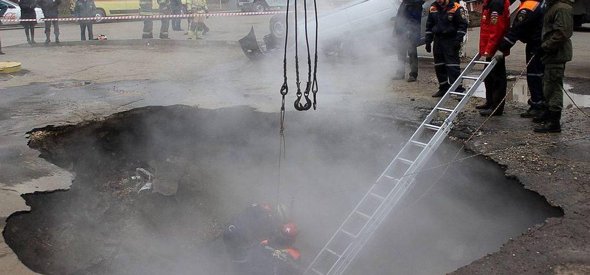 Легковушка в Пензе провалилась в яму с кипятком — двое мужчин сварились заживо. Видео