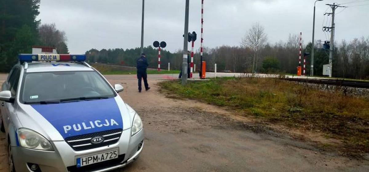 Белорусский дальнобойщик на глазах у польского полицейского проехал на красный свет ж/д переезд и сломал шлагбаум