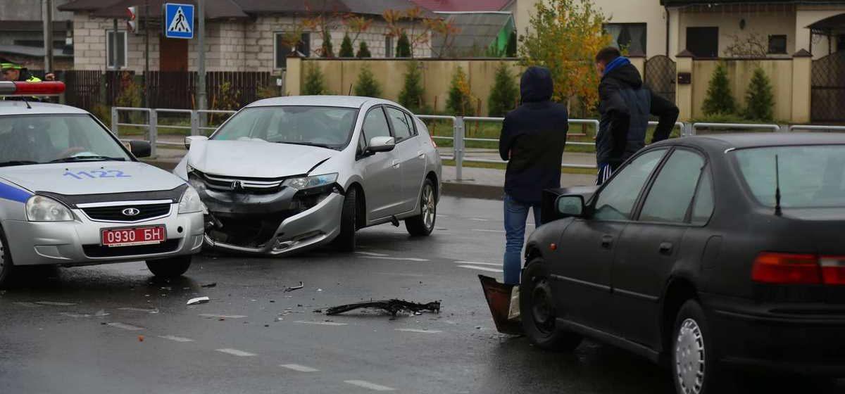 Две «Хонды» столкнулись в микрорайоне Боровки в Барановичах. Одному водителю потребовалась помощь медиков