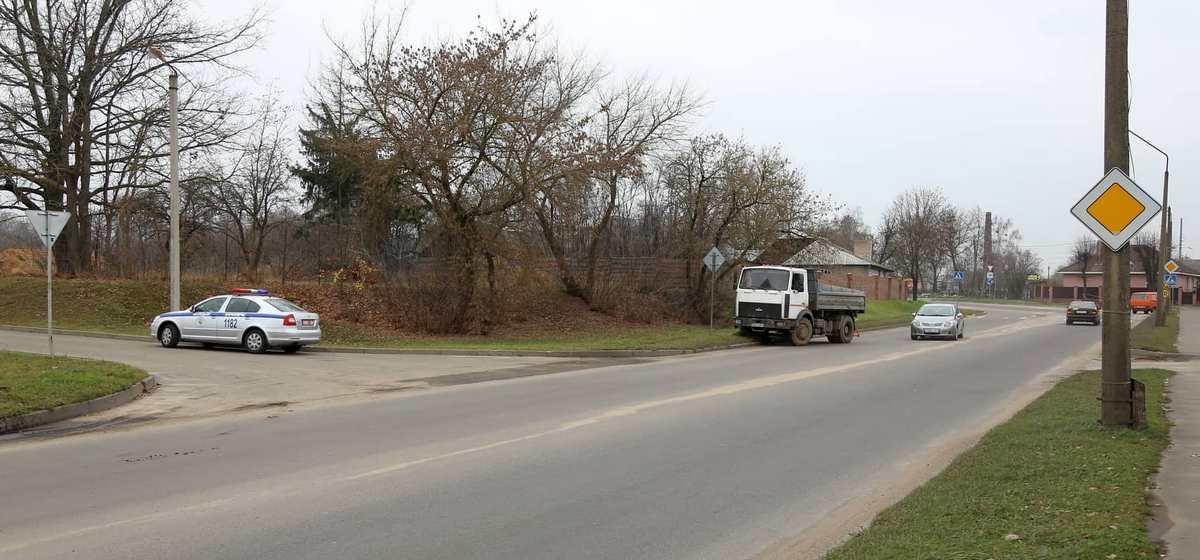 Женщина попала под колеса «МАЗа» в Барановичах. Фотофакт