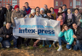 Коллектив Intex-press высадил деревья в микрорайоне Боровки. Фоторепортаж