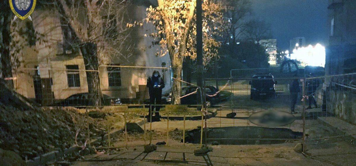 В Минске мужчина упал в вырытую коммунальниками яму и погиб