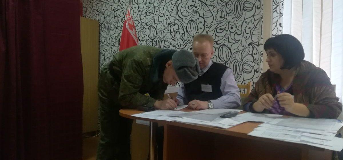 «Чего таких безграмотных кандидатов выдвинули?» Как в Барановичах начался первый день досрочного голосования