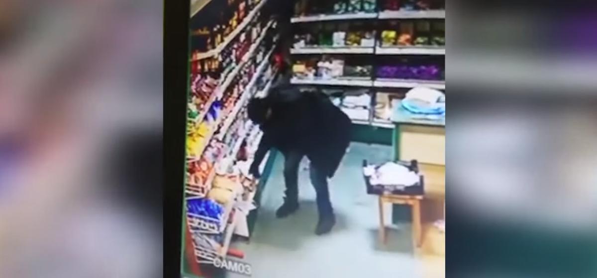 Неуклюжий грабитель, который ограбил сельпо в Борисовском районе, стал «звездой» соцсетей