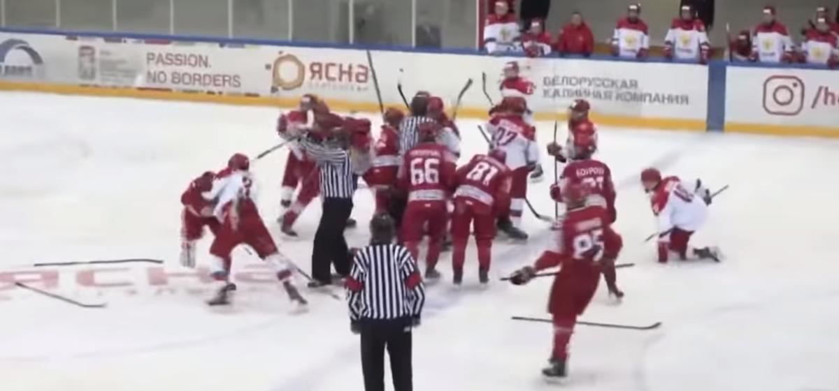 Хоккеисты юношеских команд Беларуси и России устроили массовую драку. Видео
