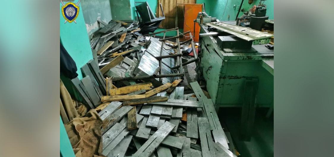 Металлический стеллаж рухнул на рабочих в Бобруйске