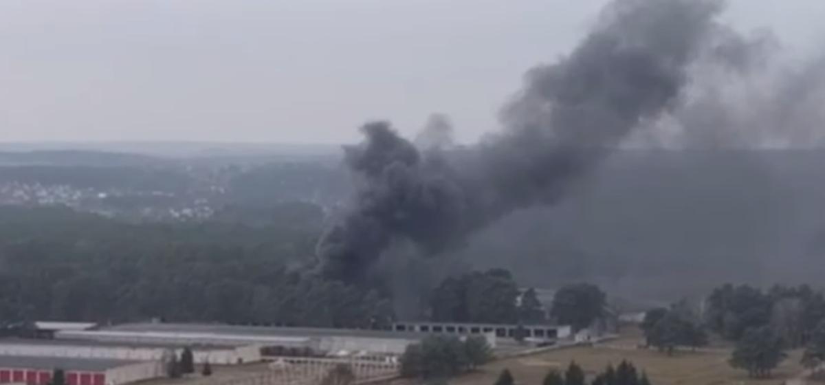 Громкие хлопки и столб дыма. На территории военной части в Гродно случился пожар. Видео